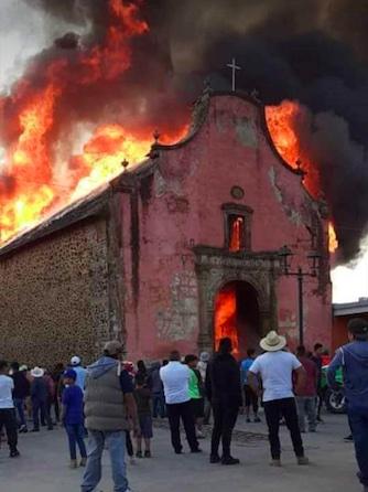 Incendio consume capilla barroca en Nurío, Michoacán