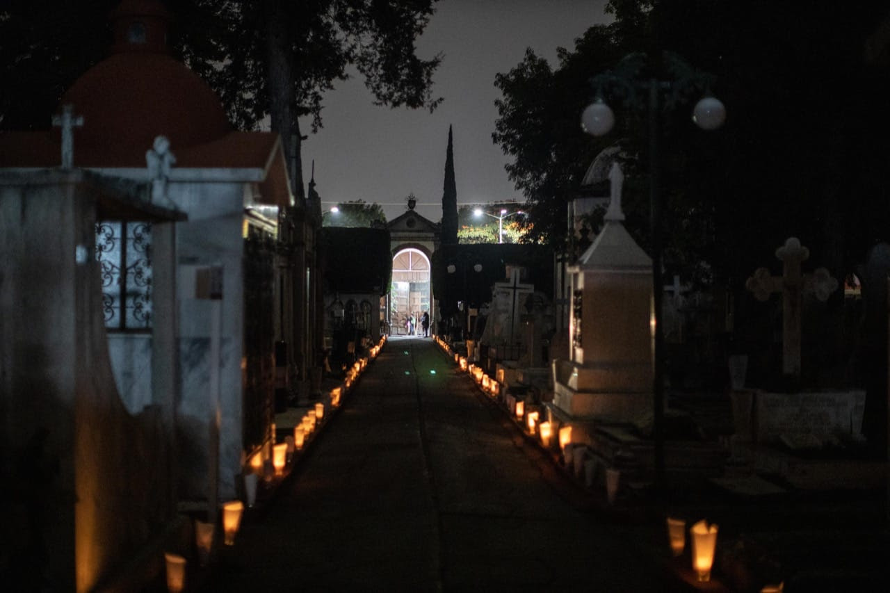 Leyendas y tradiciones en los recorridos nocturnos del Panteón Municipal