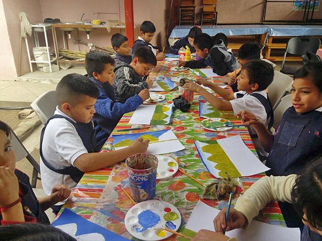 Imparten talleres de pintura a niñas y niños tarahumaras de Sinaloa
